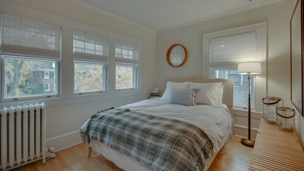 36 queen-bed-bright-windows.jpg