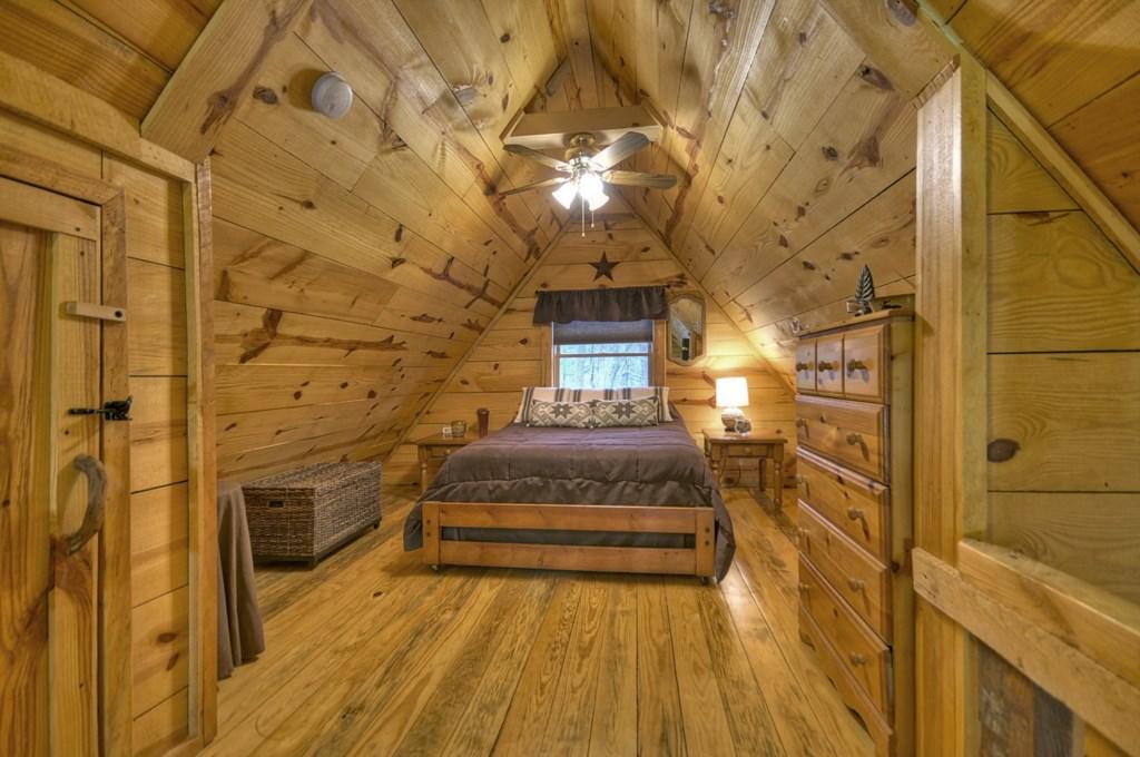 Open sleeping loft Queen Bedroom