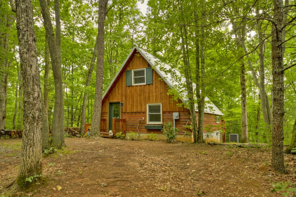 'This quaint little cabin was exactly what I needed! It is secluded, and clean'-  Review Logan