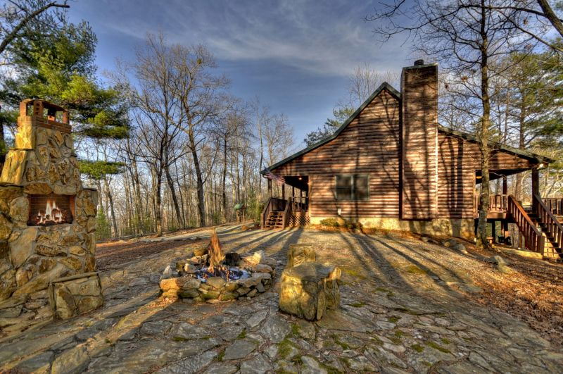 Quaint & cozy, Beary Sweet is a perfect little cabin for a romantic getaway