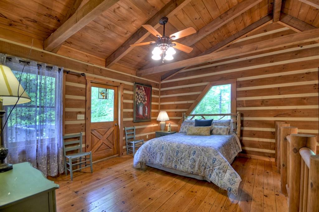 Open sleeping loft Queen size Bedroom
