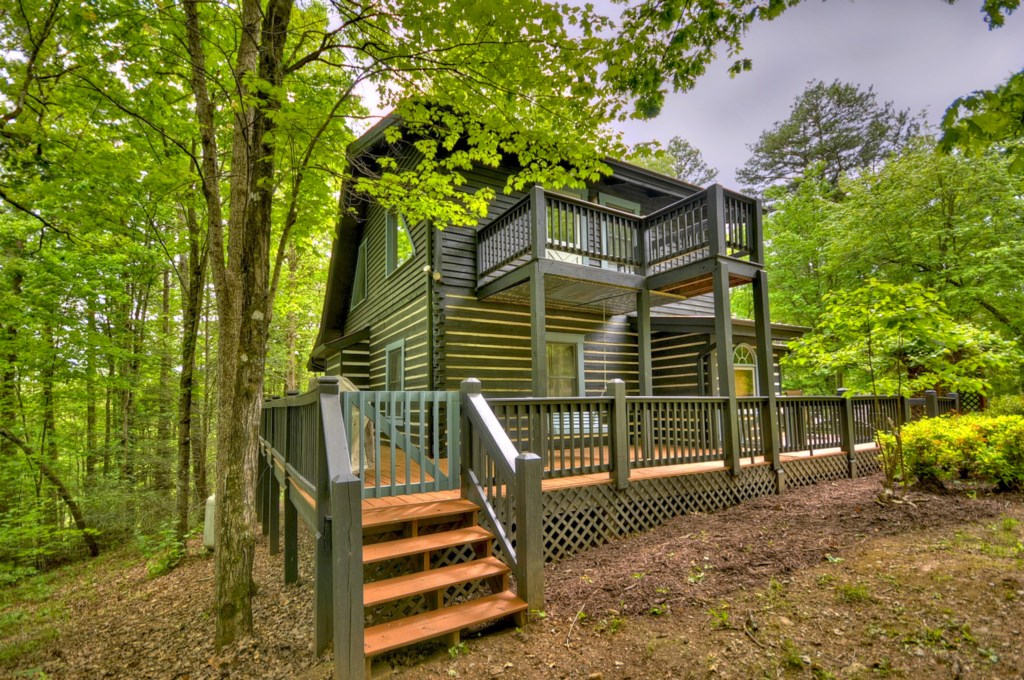'It is in the middle of the woods so definitely very private' - Review Kelly