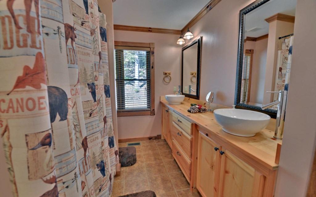 Loft level shared bath with shower/tub combo