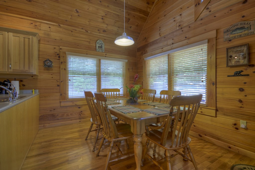 Spacious dining area & kitchen give guests plenty of room