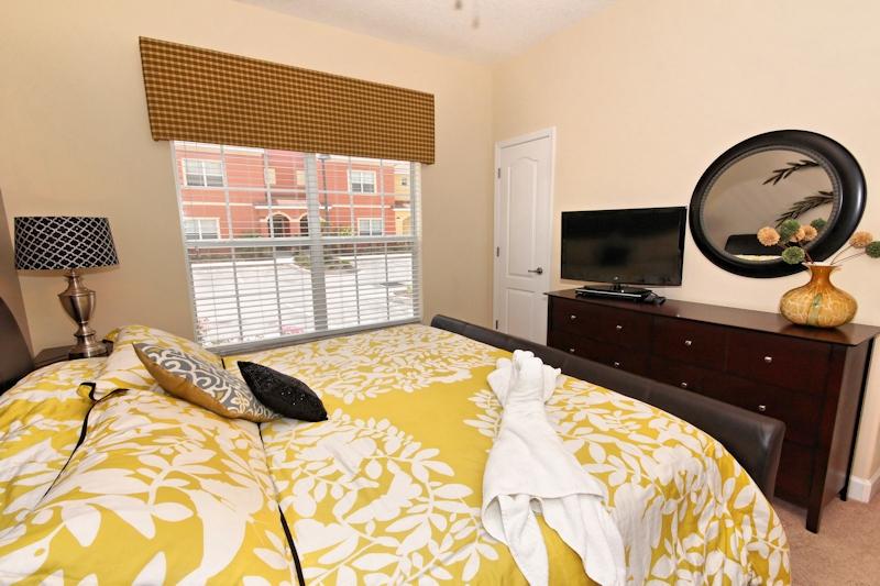 King-Bedroom-On-Main-Floor-2
