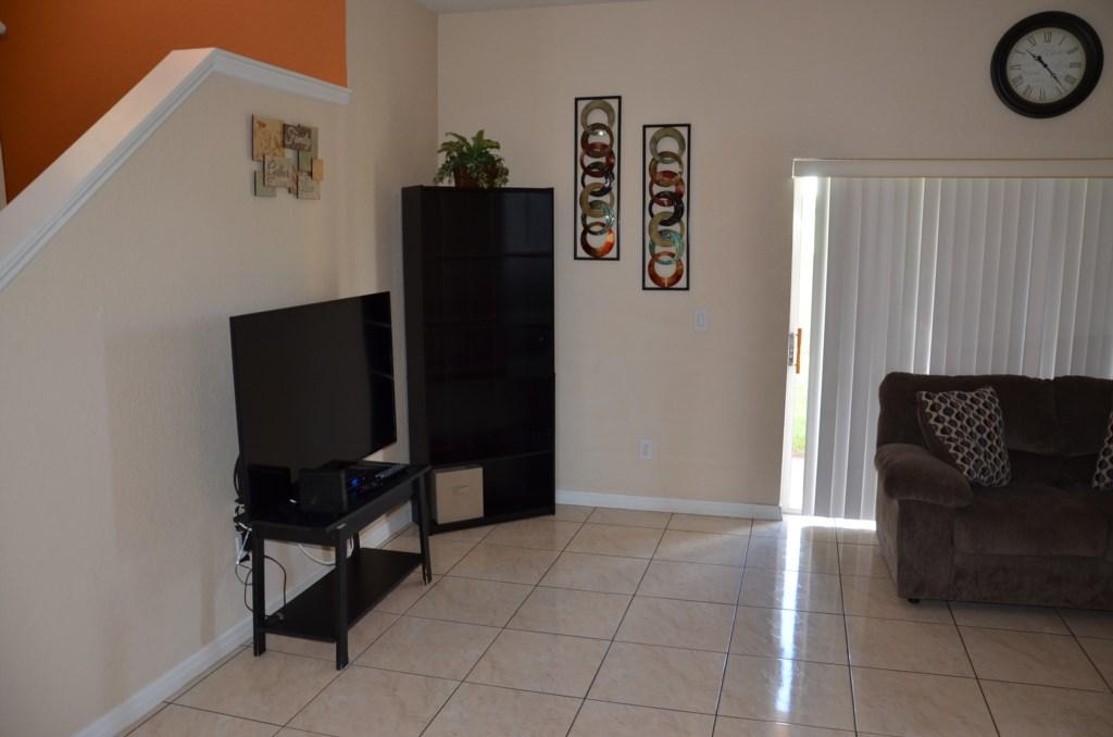 Flat Screen TV in Spacious Sitting Room