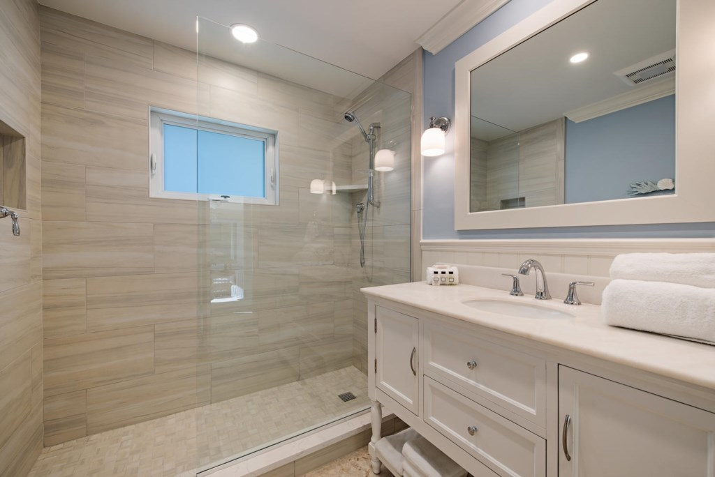 925 Wedge Drive Naples FL-large-013-7-Bathroom-1499x1000-72dpi.jpg