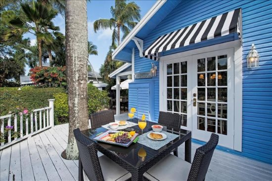 Enjoy Your Meals in the Florida Sun!