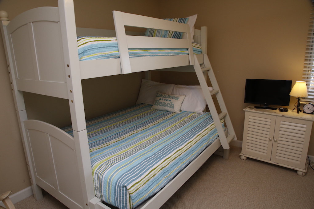 C21 1  of 2 sets of Bunks in Guest Room .JPG