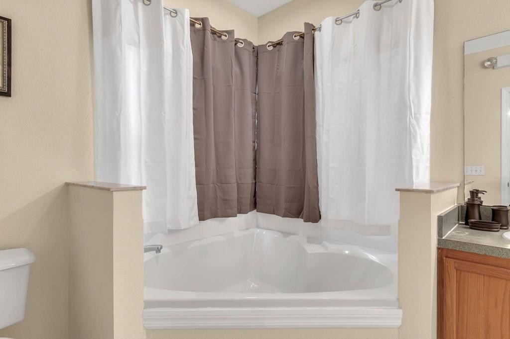 2853-Blooming-Alamanda-Loop--Kissimmee--FL-34747----19---Master-Bathroom.jpg