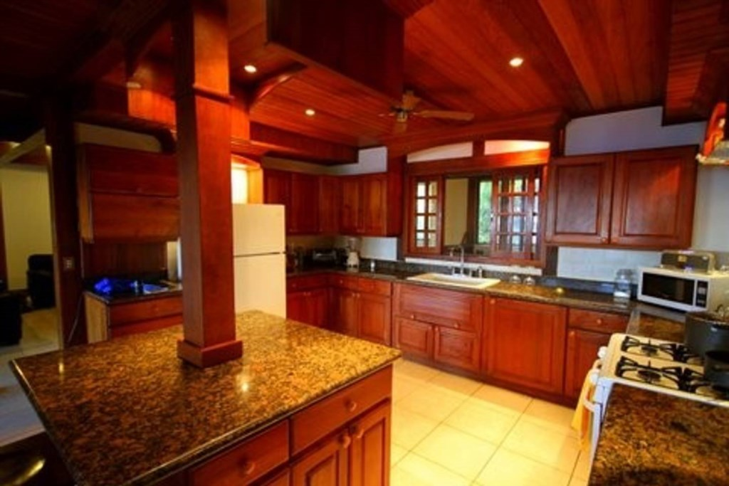 Roomy kitchen with appliances & utensils