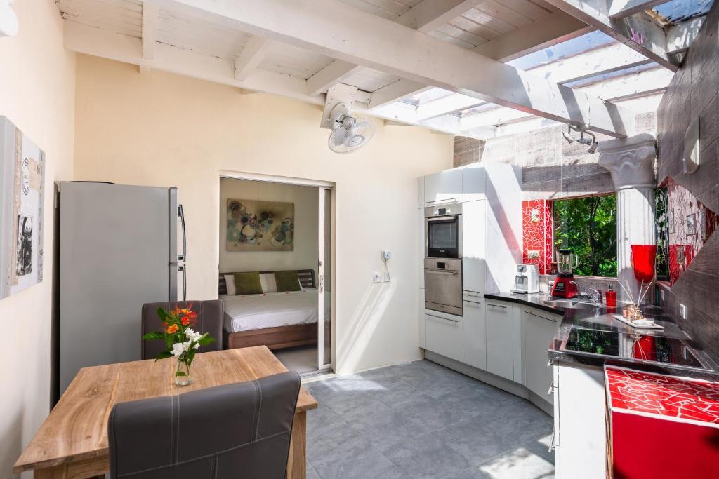 Deluxe Orange Apartment with brand new kitchen!