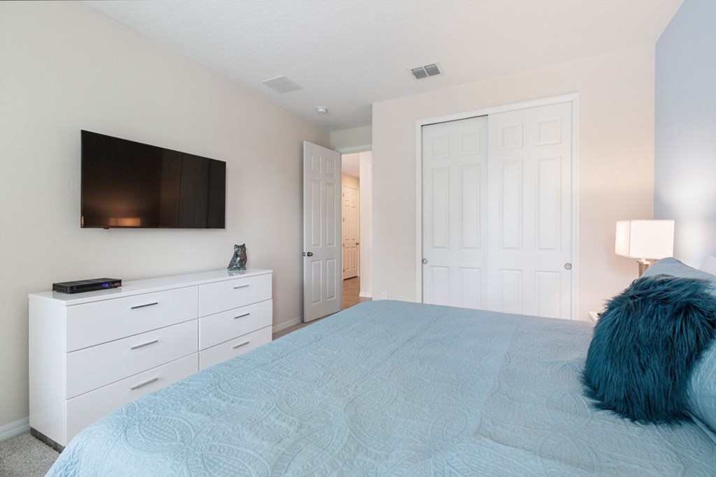 10_King_Size_Bedroom_With_TV_0921.jpg