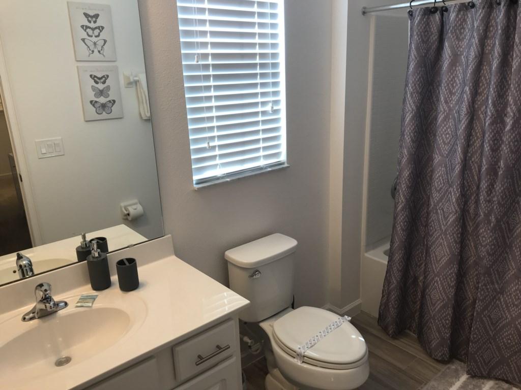 5252 Oakbourne - Bedroom 5 Ensuite Bathroom.JPG