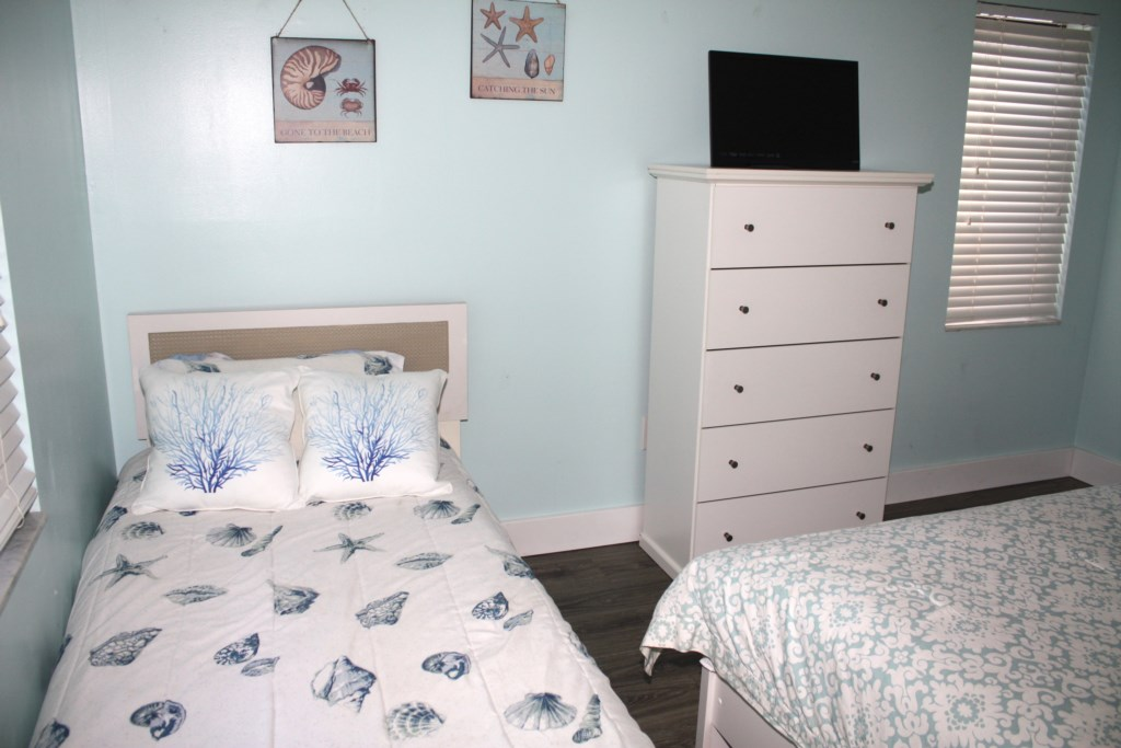Anna Maria Island Condo - Second Bedroom - Queen Bed - Twin Bed