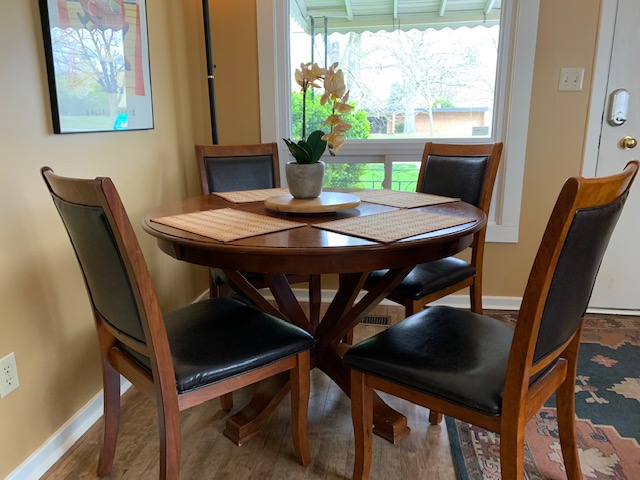 Cozy Dining Table - Parkview Cottage - Niagara-on-the-Lake