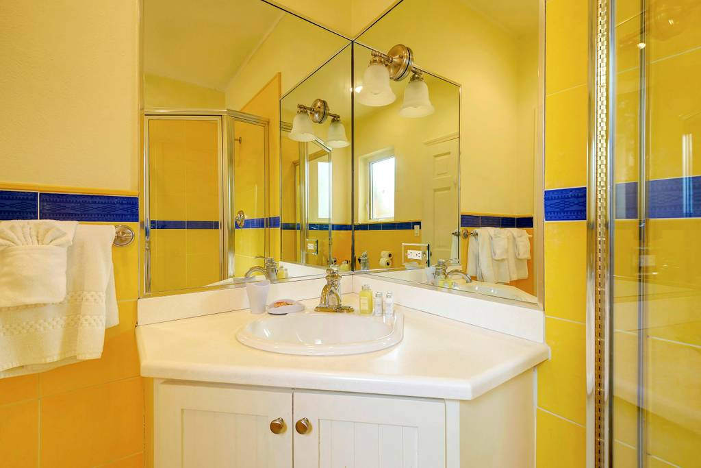 king room blue bathroom 2.jpg