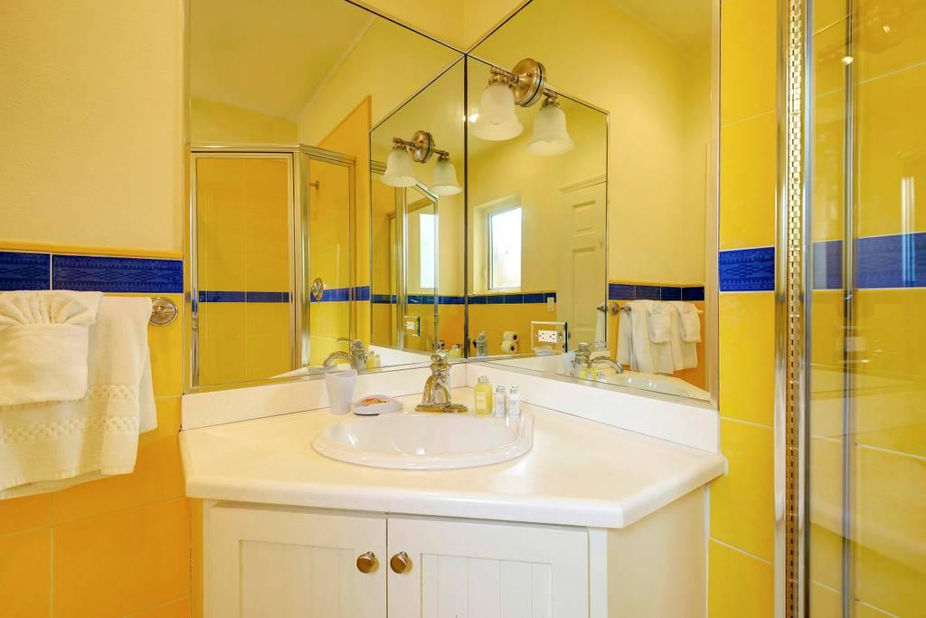 king room blue bathroom 2.jpg