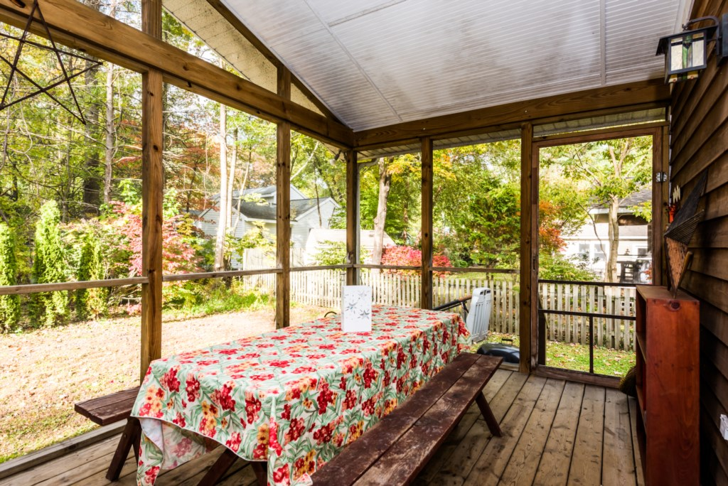 Screened-in Porch Dining