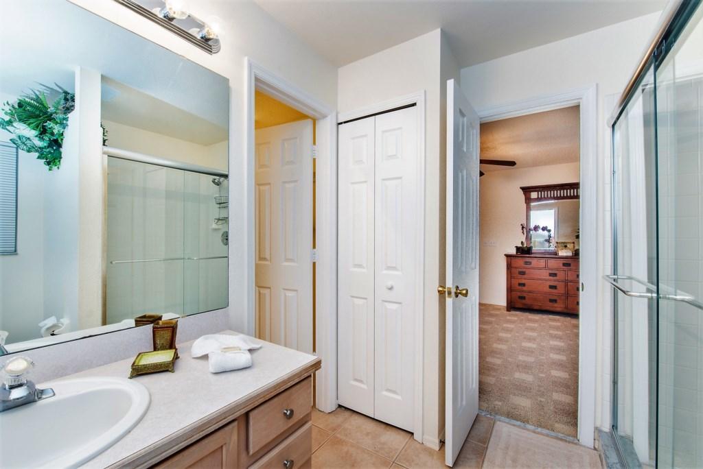 16.Masterbedroomwithen-suitebathroom