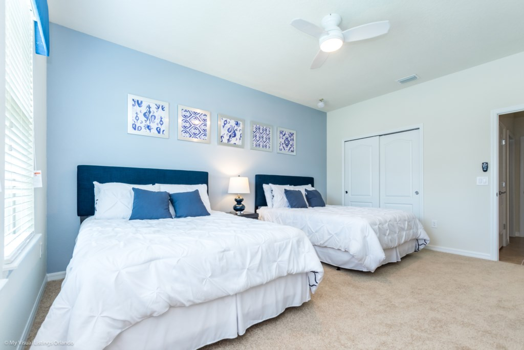 Calming 2 queen beds with sliding closet and flat screen TV