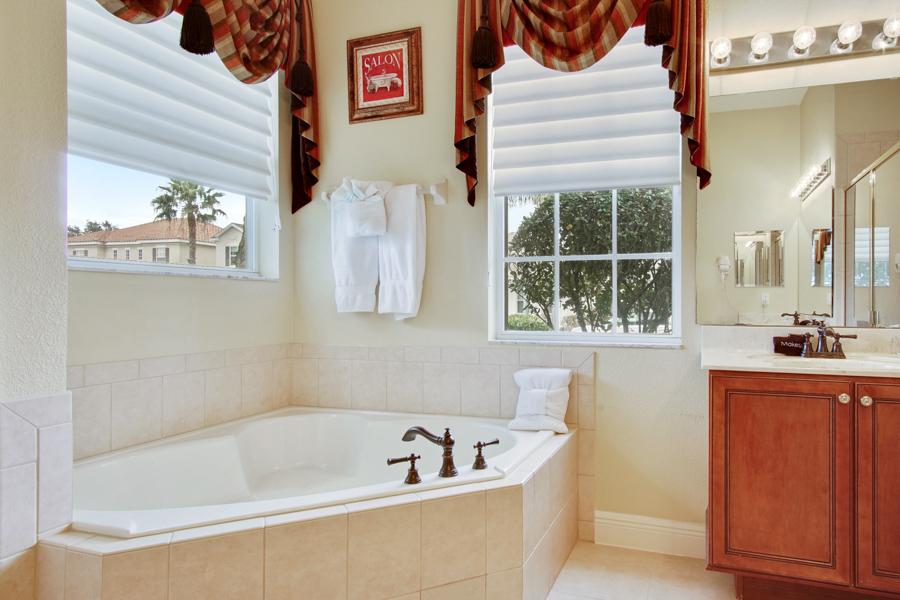 Bathroom 1 - En-suite bathroom garden tub