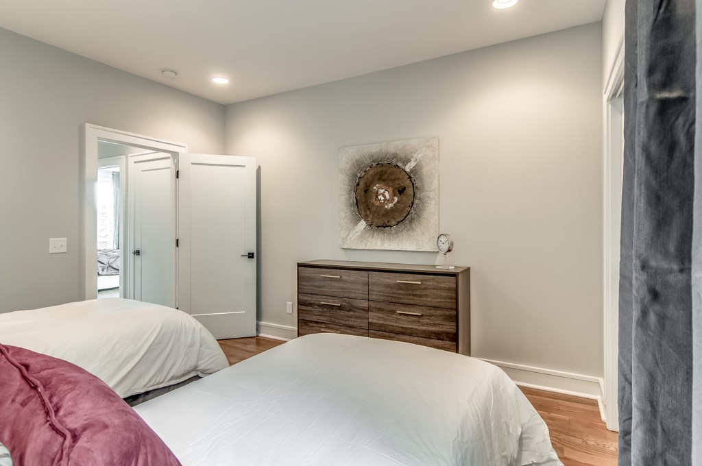 Bedroom-With-Twin-Beds