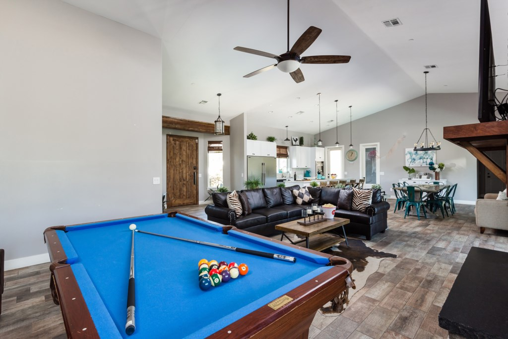 Large open entertaining areas with 15' ceiling