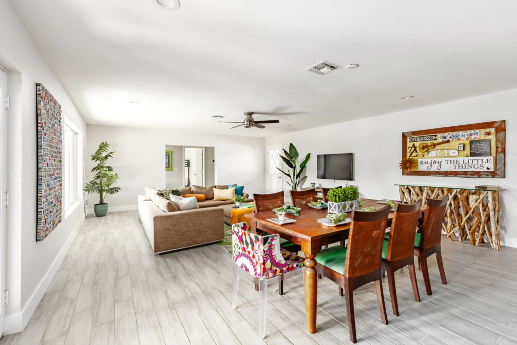 Large bright, sunny, entertaining layout!