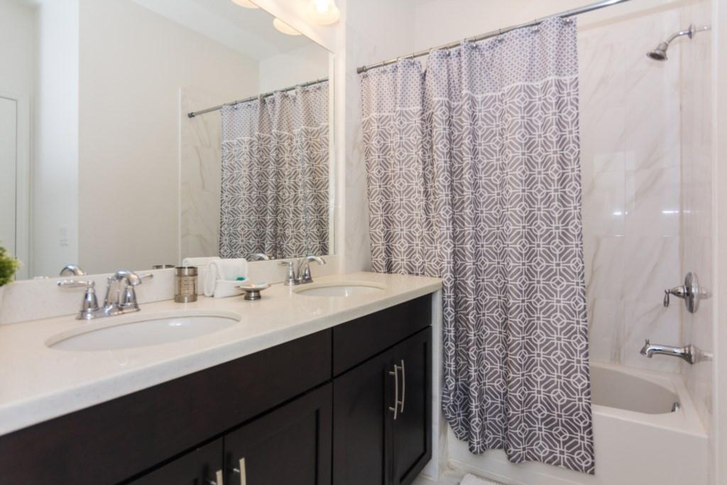 Queen Suite 3 Bath.jpg