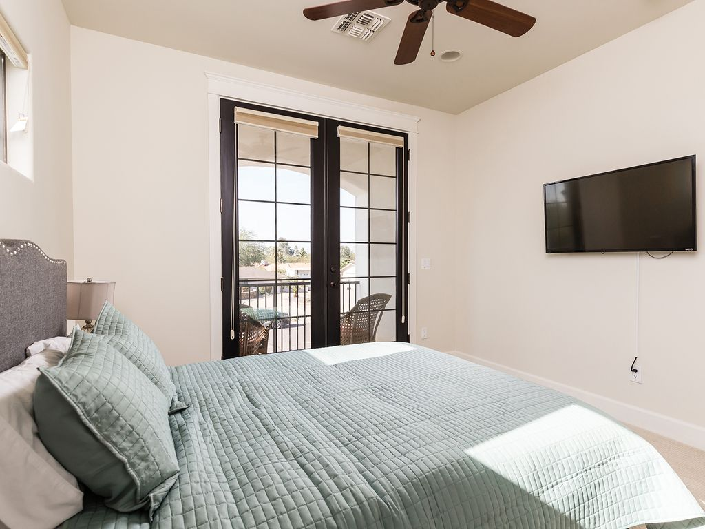 7th Bedroom with 1 Queen size bed and beautiful balcony