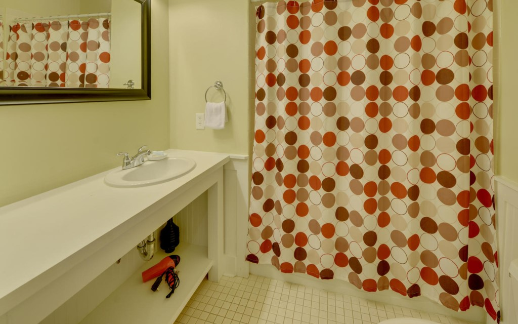 MagnoliaCottagesByThe-large-013-57-Bathroom1-1500x938-72dpi