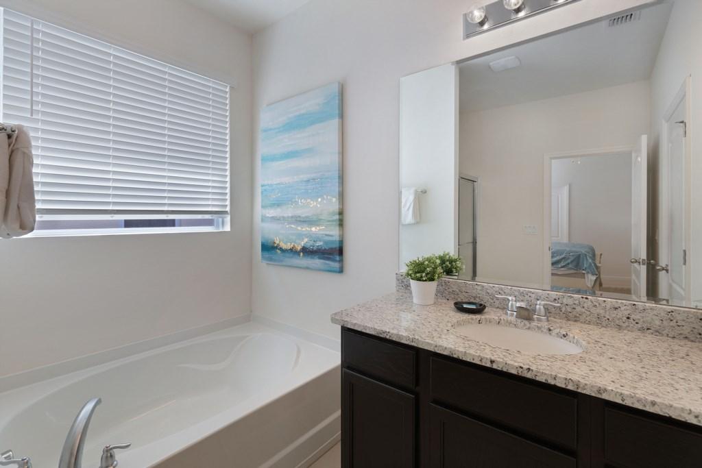 15_En-suite_Bathroom_0721.jpg