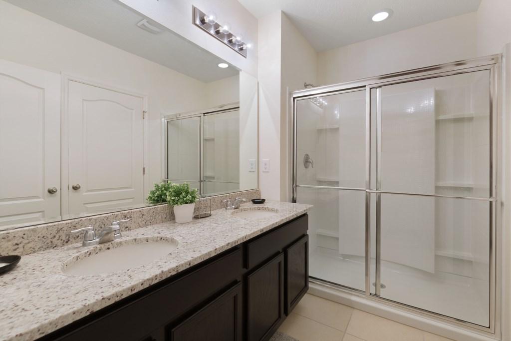 21_En-suite_Bathroom_0721.jpg
