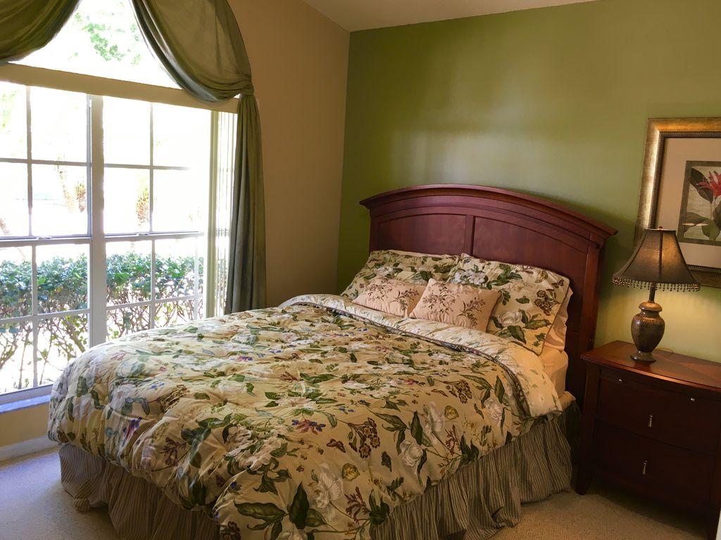 Queen bedroom (002).jpg