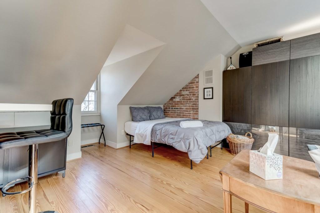 Upper Guest Bedroom Photo 1 of 5