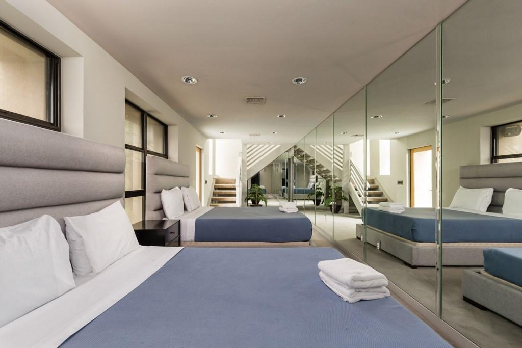 4th Bedroom: 2 Queen beds  with en-suite bathroom