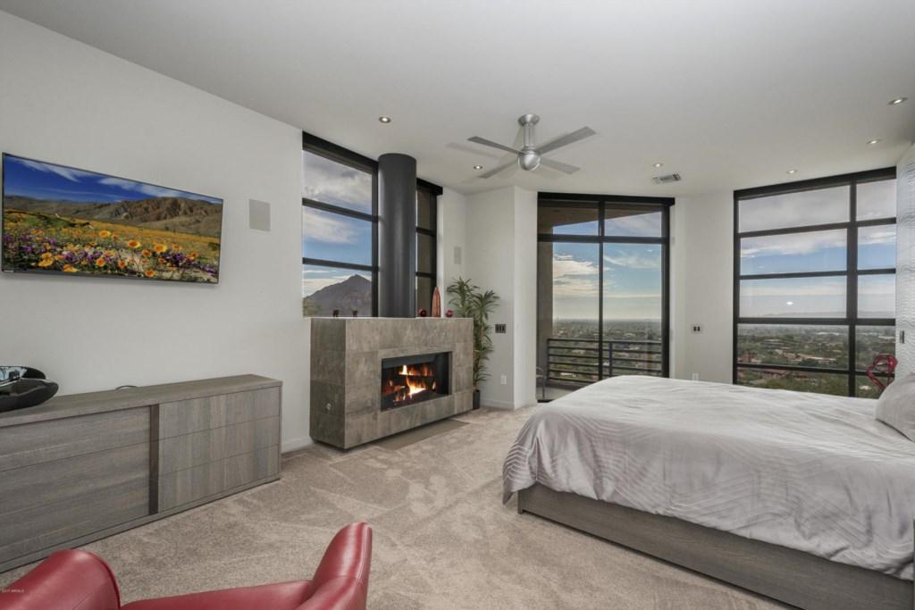 Master Bedroom : 1 King bed with en-suite bathroom