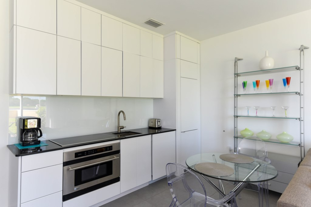 Fully equipped kitchen with build-in fridge and freezer