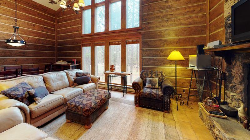 ym5QRzn6TmU-Living_Room.jpg