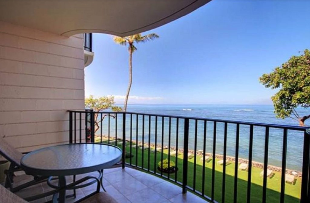 Private lanai with outstanding views of the Ocean.
