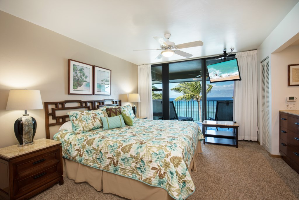 The master bedroom has a King size bed and ensuite bathroom, and A/C along with a private lanai.