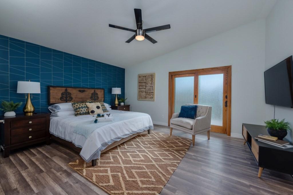 Master Bedroom: King Bed, large flat screen TV and en-suite bathroom (new)