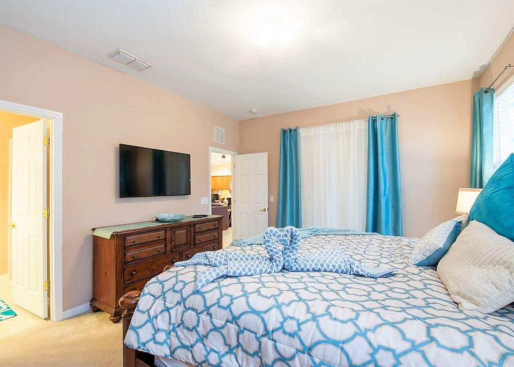 7. Master downstairs with King size bed.jpg