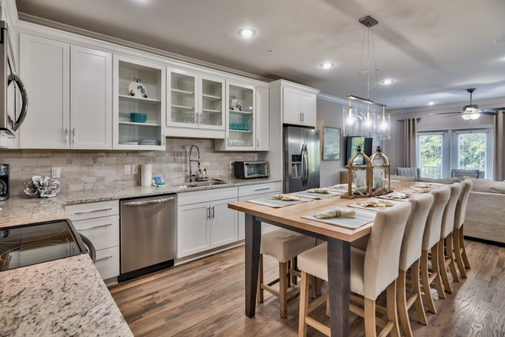 Beautiful Eat-in Kitchen making it easy to gather