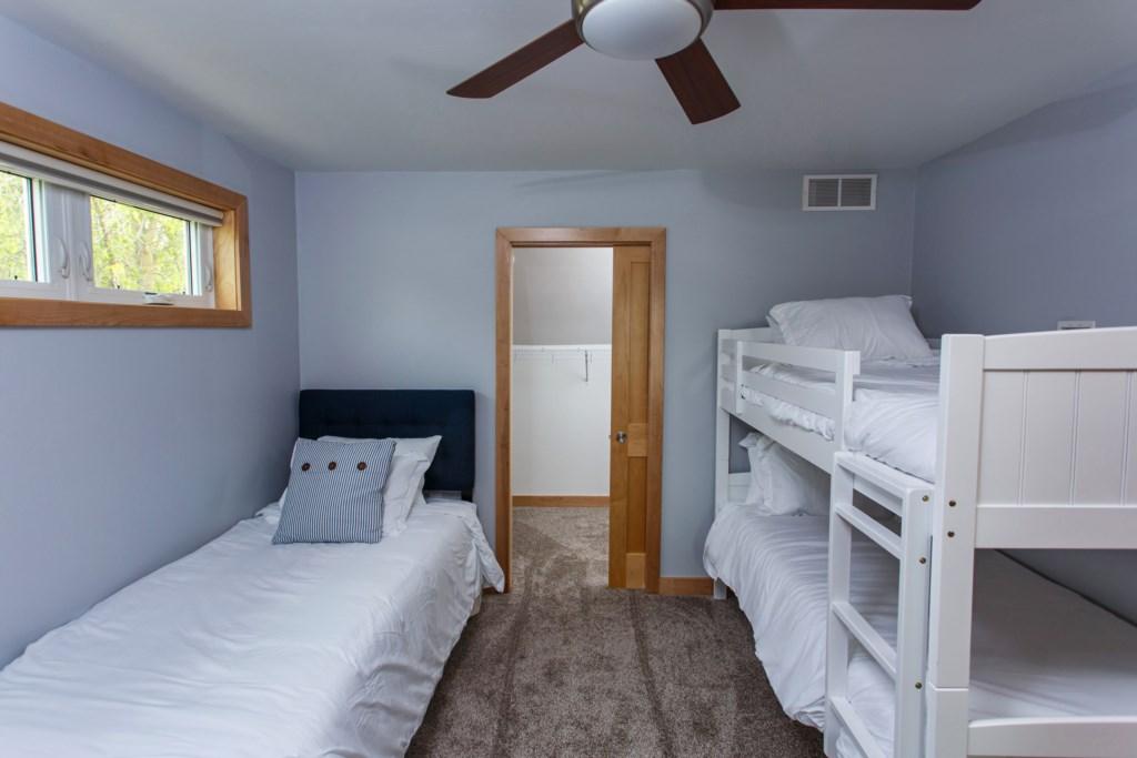 Kids bedroom sleeps 4