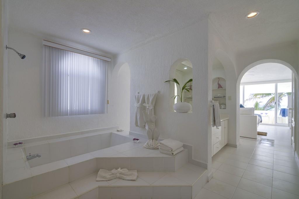 Villa-Tortuga-1st-Master-Bath-2-1024x682.jpg