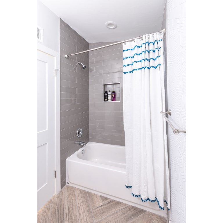 2nd bathroom with shower/tub combo