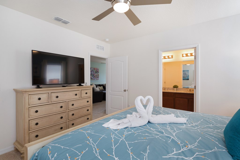 15_Master_Suite_with_TV_0721.jpg