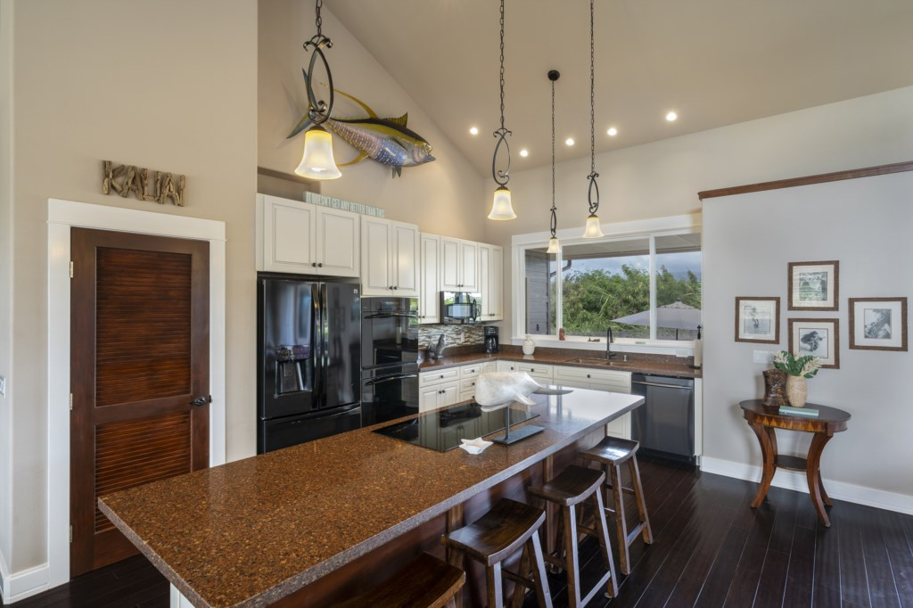 Large open floor - fully equipped kitchen & island bar seating